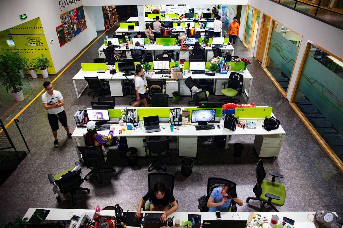 Um grupo de agentes chineses monitoriza live streams, na filial de Pequim da agência Redu Media. ...