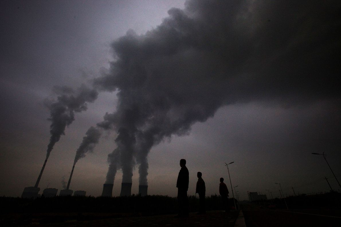 Fumo a sair de uma fábrica de carvão em Shizuishan, na China.