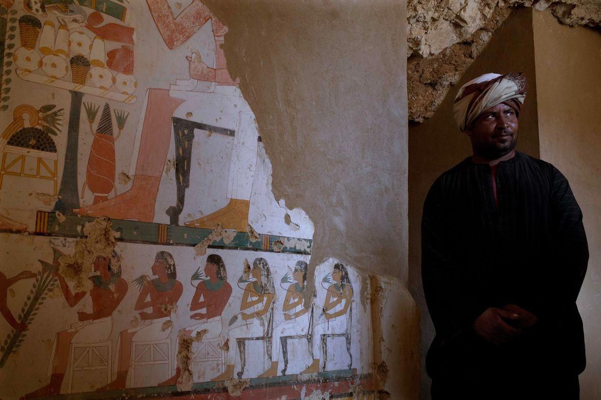 Trabalhador ao pé de um túmulo egípcio