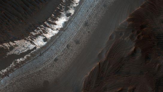A cratera Holden, na região sul de Margaritifer Terra, tem muitos sinais de água do passado, ...