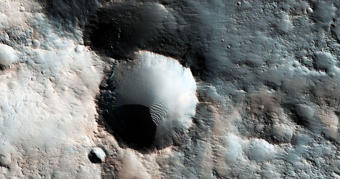 Várias crateras situadas algures nas latitudes médias meridionais de Marte.