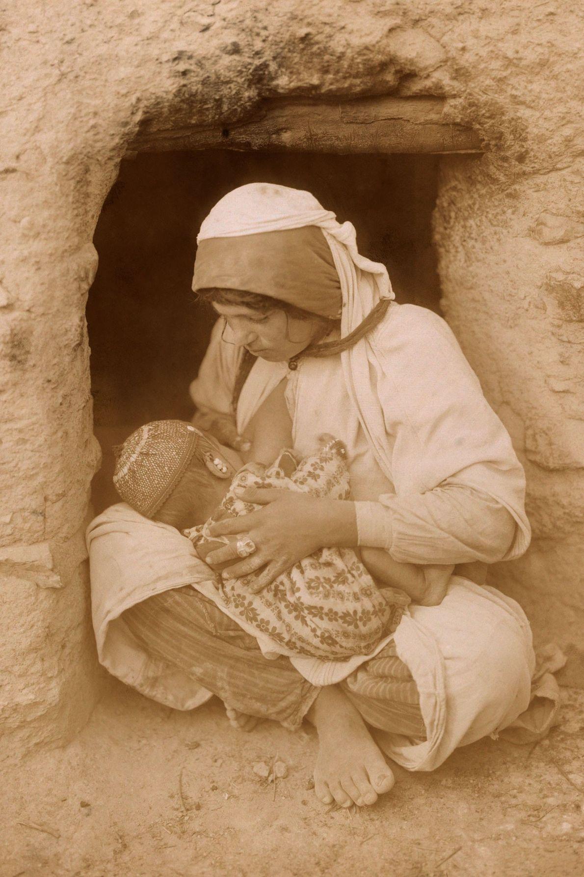 Uma mãe amamenta o seu bebé.