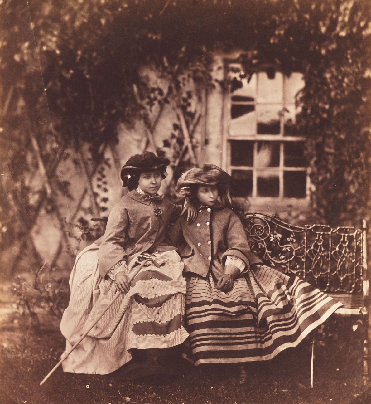 A princesa Vitória (à esquerda) e a princesa Alice (à direita), filhas da rainha Vitória e ...