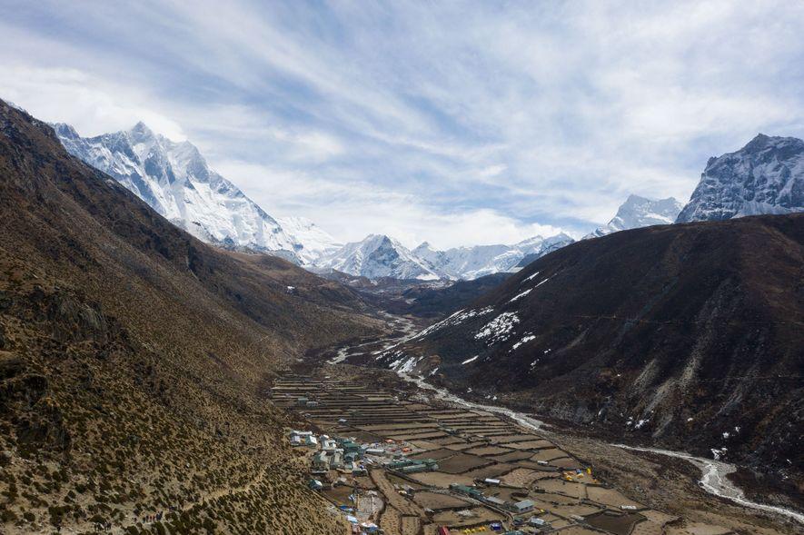 Dingboche é uma vila situada no sopé dos Himalaias, uma de muitas que dependem da torre ...