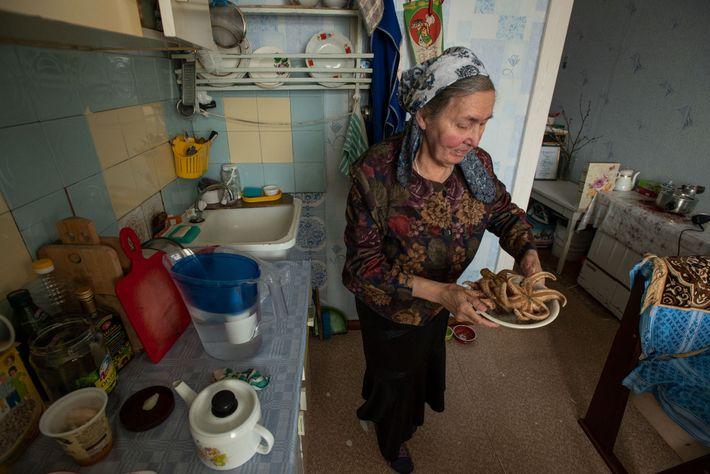 Svetlana Tagyok mostra alguns alimentos tradicionais, incluindo estrelas do mar, da sua terra natal na costa ...