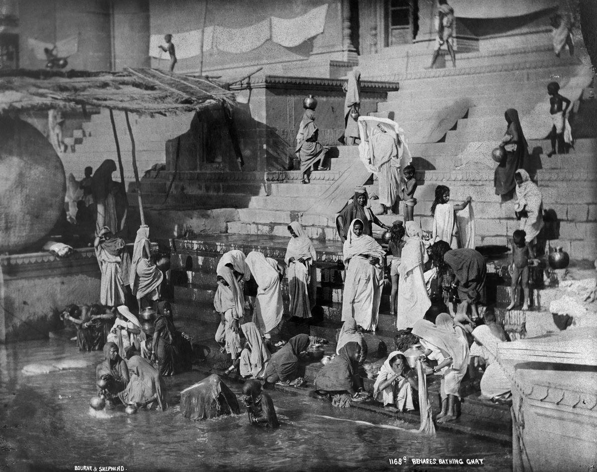 Varanasi, aqui retratada pela National Geographic em 1907, é habitada há pelo menos 3.000 anos, tornando-se ...