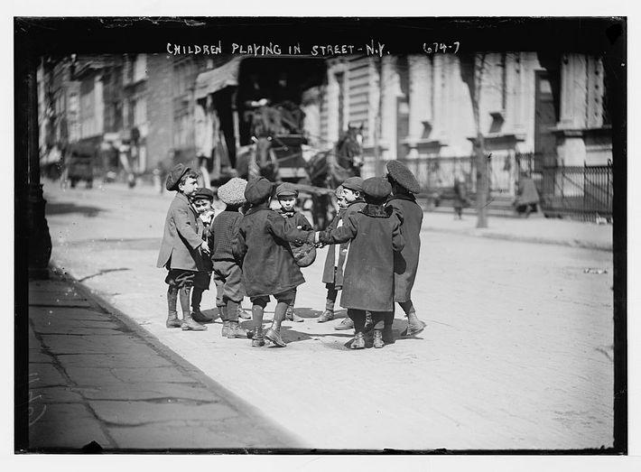 Crianças a brincar numa rua, em Nova Iorque.