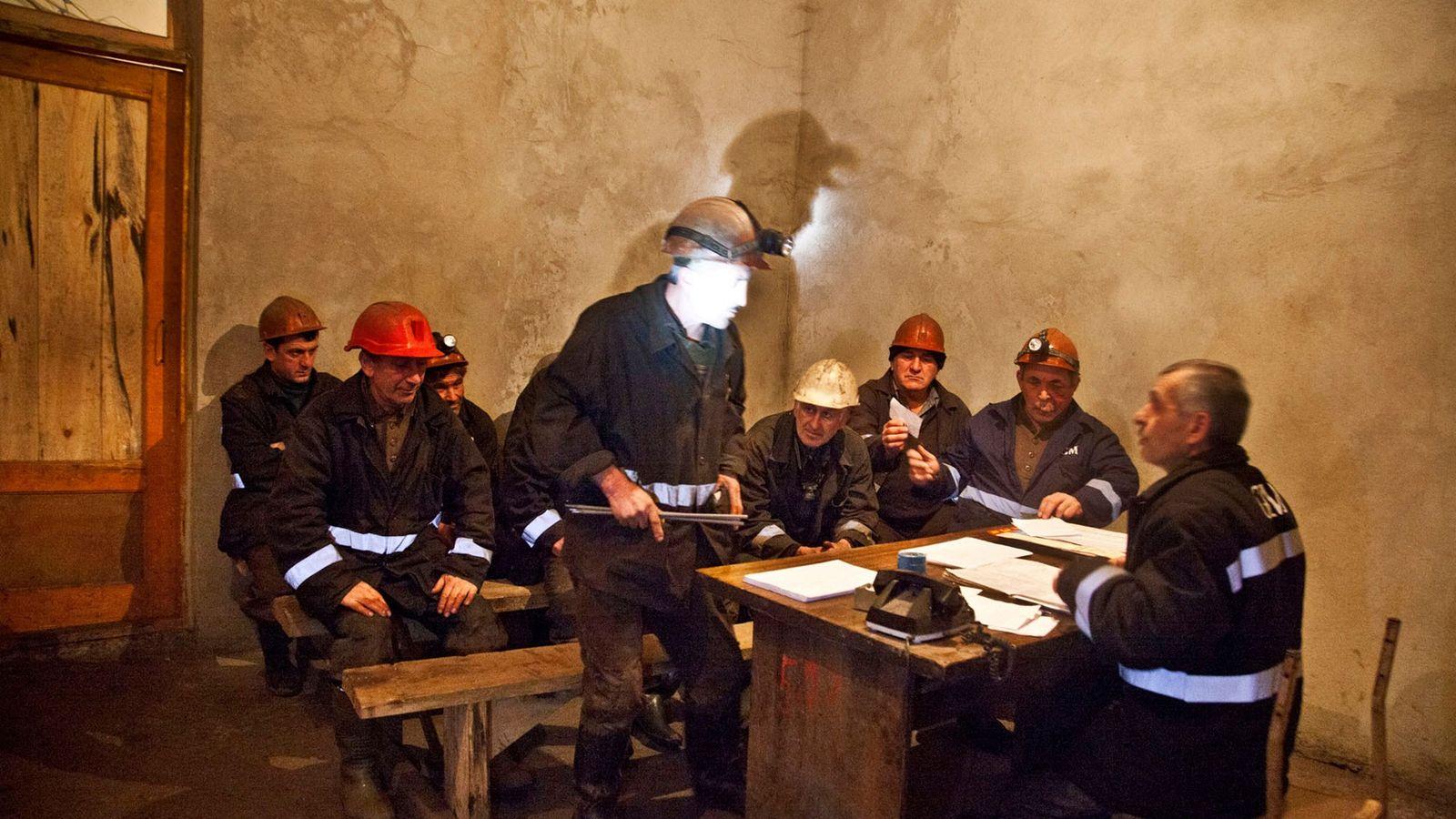 Mineiros conhecem as suas tarefas antes de iniciarem o turno laboral
