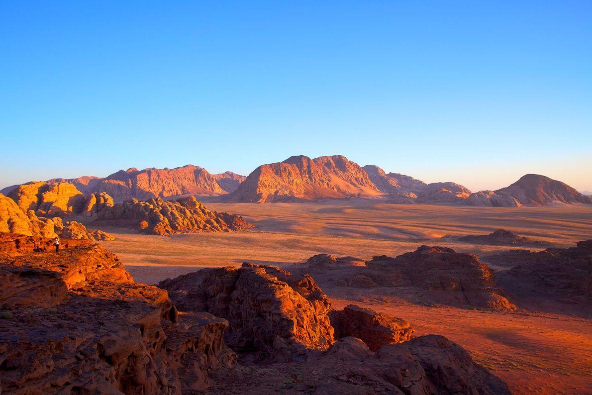Com os seus penhascos de arenito de tonalidade avermelhada, o Wadi Rum da Jordânia é uma ...