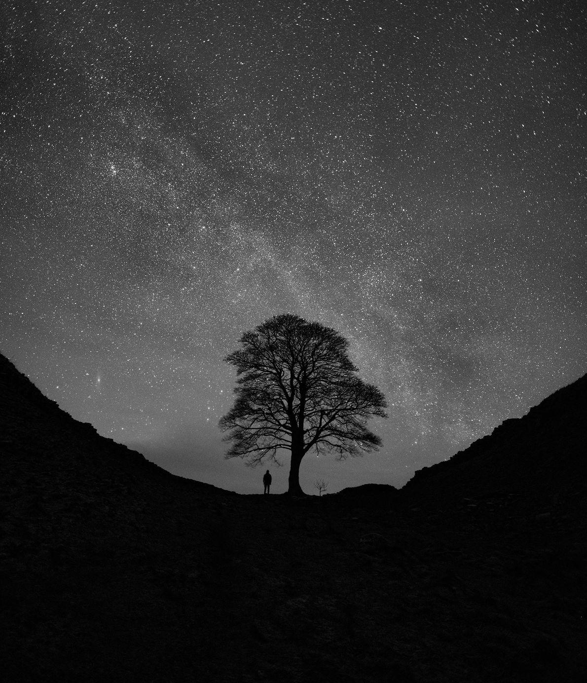 As galáxias da Via Láctea e de Andrómeda brilham numa noite de inverno na Muralha de ...