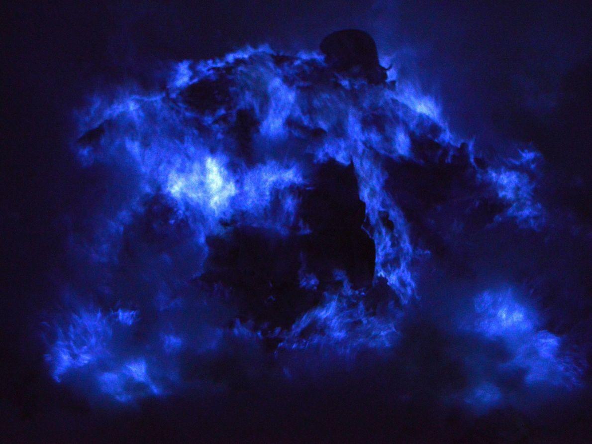 A cratera do vulcão Kawah Ijen, na Indonésia, apresenta um espetáculo de luzes particularmente impressionante, graças ...