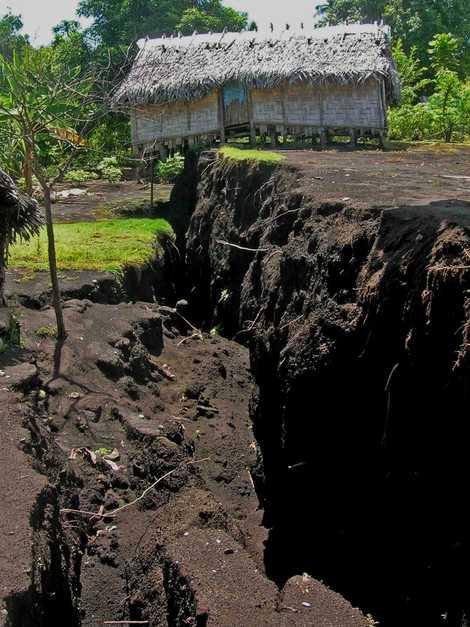 Em 2018, quando o magma desapareceu no subsolo durante a erupção de Ambrym, provocou uma fratura ...