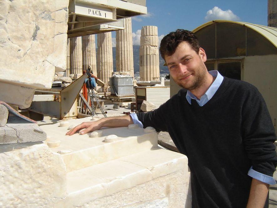 O arqueólogo, Christos Tsirogiannis, nascido na Grécia, identificou centenas de artefactos roubados fazendo pesquisas em catálogos ...