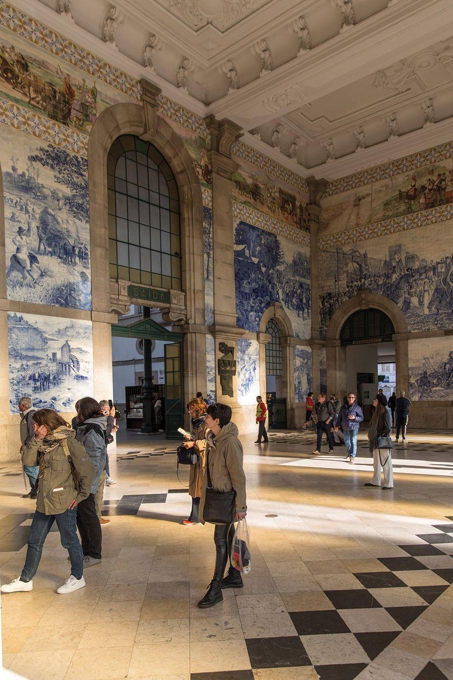 Os passageiros que chegam à estação de comboios de São Bento, no Porto, são brindados com ...