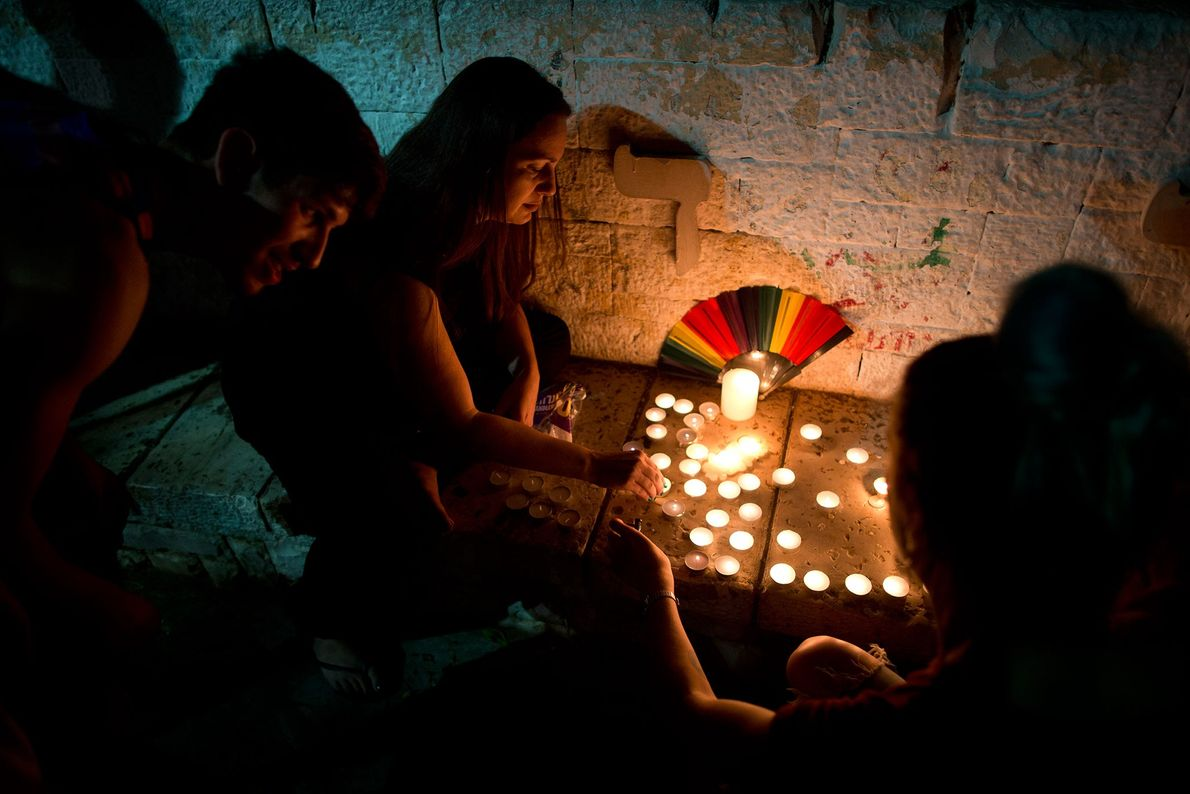 Jovens em Tel Aviv, Israel, acendem velas