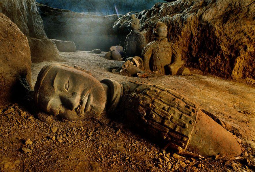 Um exército de soldados de argila realistas guarda o grande túmulo de Qin Shi Huang, o ...