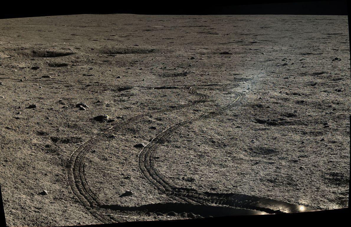 Imagem de trilhas de roda de Yutu no solo lunar