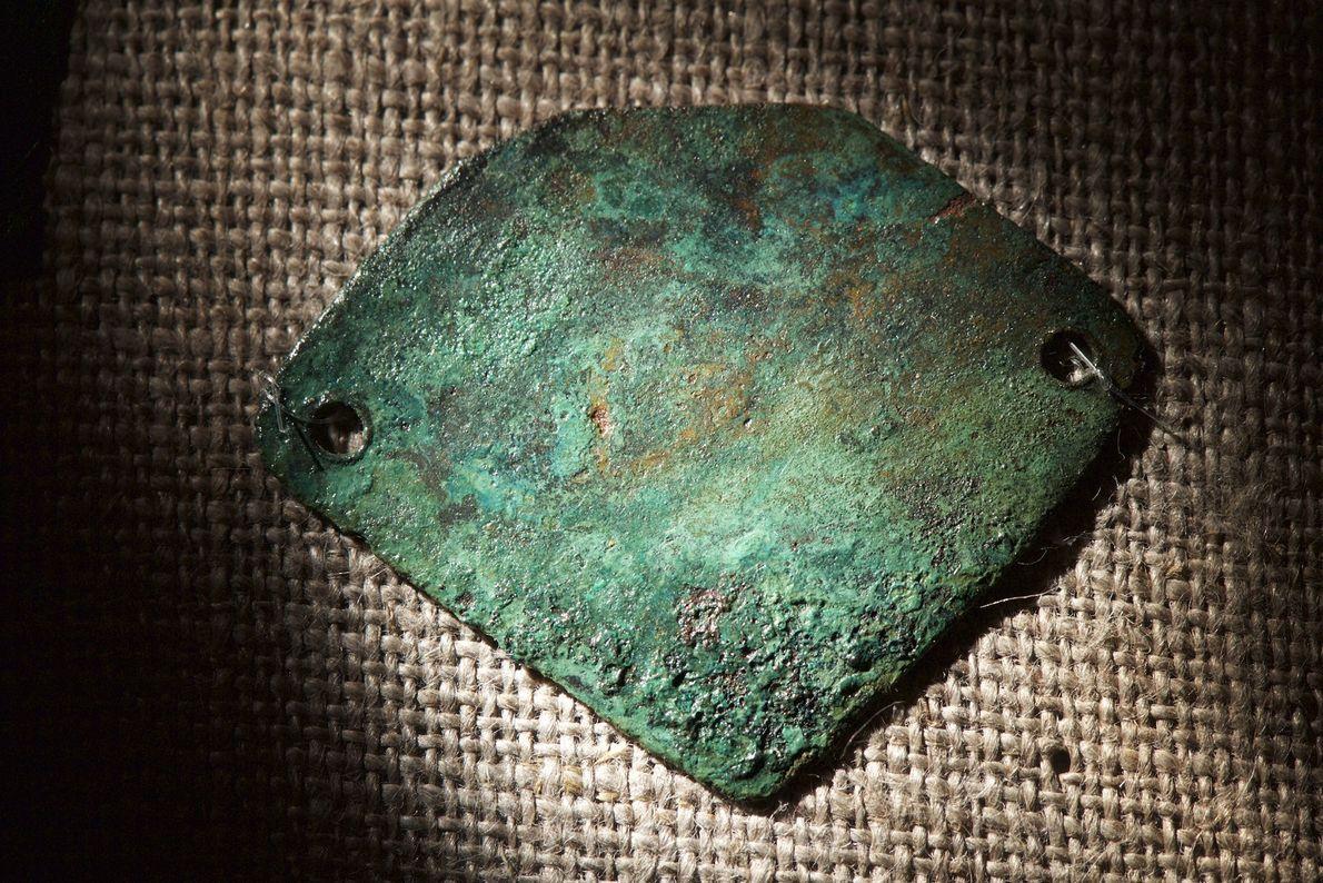 Fotografia de um colar de cobre descoberto por arqueólogos durante excavações perto do trilho Thomas Hariot