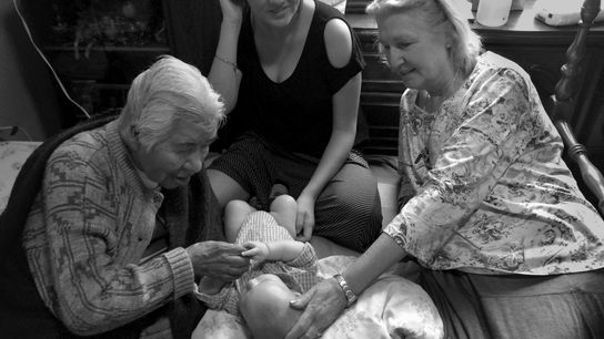 Mulheres à volta de bebé