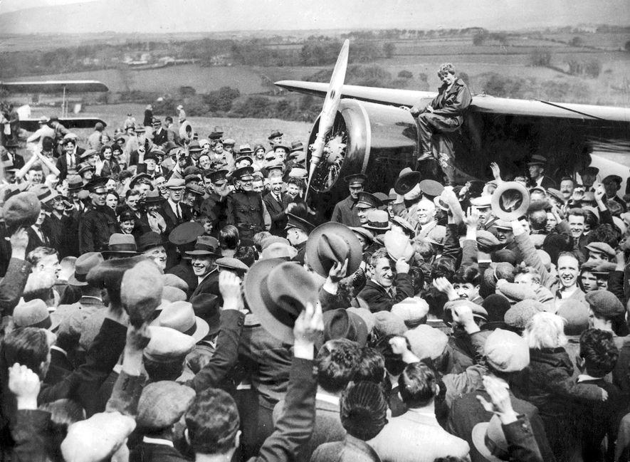 Em 1932, Amelia Earhart sobrevoou sozinha o Atlântico, tornando-se na segunda pessoa a fazê-lo, seguindo Charles ...