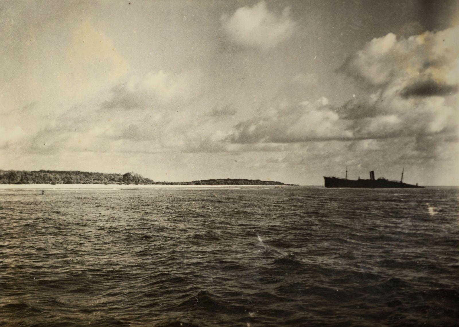 Analistas dos serviços secretos disseram que o objeto indistinto, à esquerda desta fotografia da Ilha Nikumaroro ...