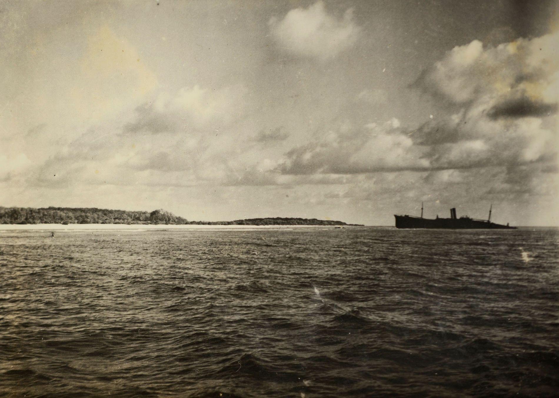 Analistas dos serviços secretos disseram que o objeto indistinto, à esquerda desta fotografia da Ilha Nikumaroro – tirada poucos meses depois do desaparecimento de Earhart – parece o trem de aterragem de um Lockheed Electra.