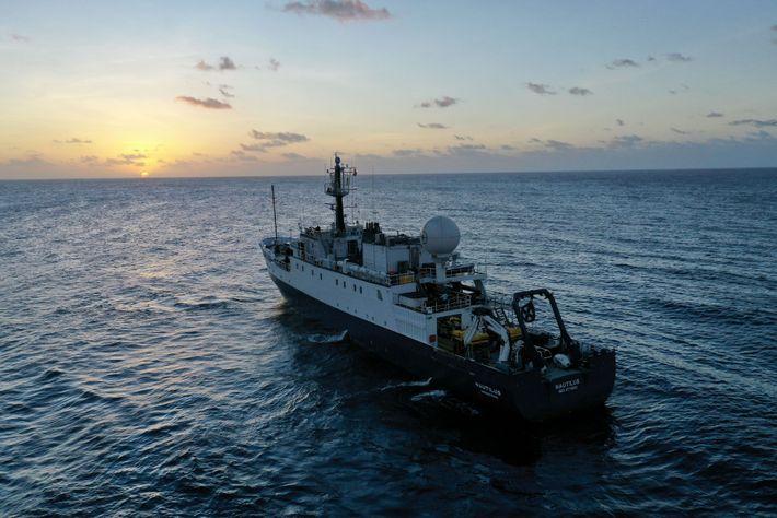 Equipado com uma vasta série de sensores subaquáticos, o E/V Nautilus funciona com um padrão de ...