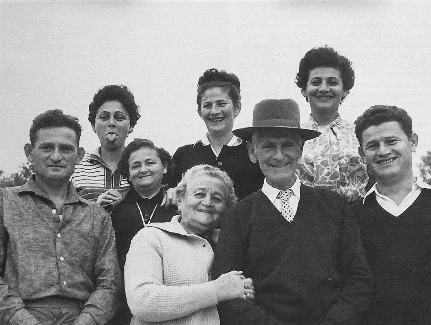 Ausente desta reunião feliz da família Friedman, em Israel, em 1963, está Lea, que morreu em ...