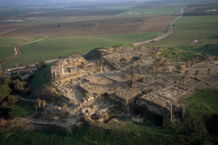 Localizada onde agora fica o norte de Israel, Tel Megiddo também é conhecida pelo seu nome ...