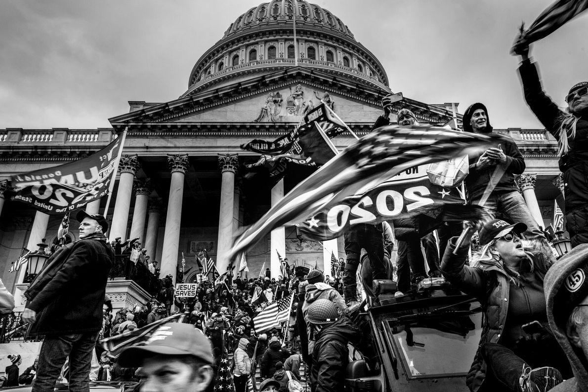 Uma multidão pró-Trump rompeu as barreiras de segurança e preparou-se para invadir o Capitólio dos EUA ...