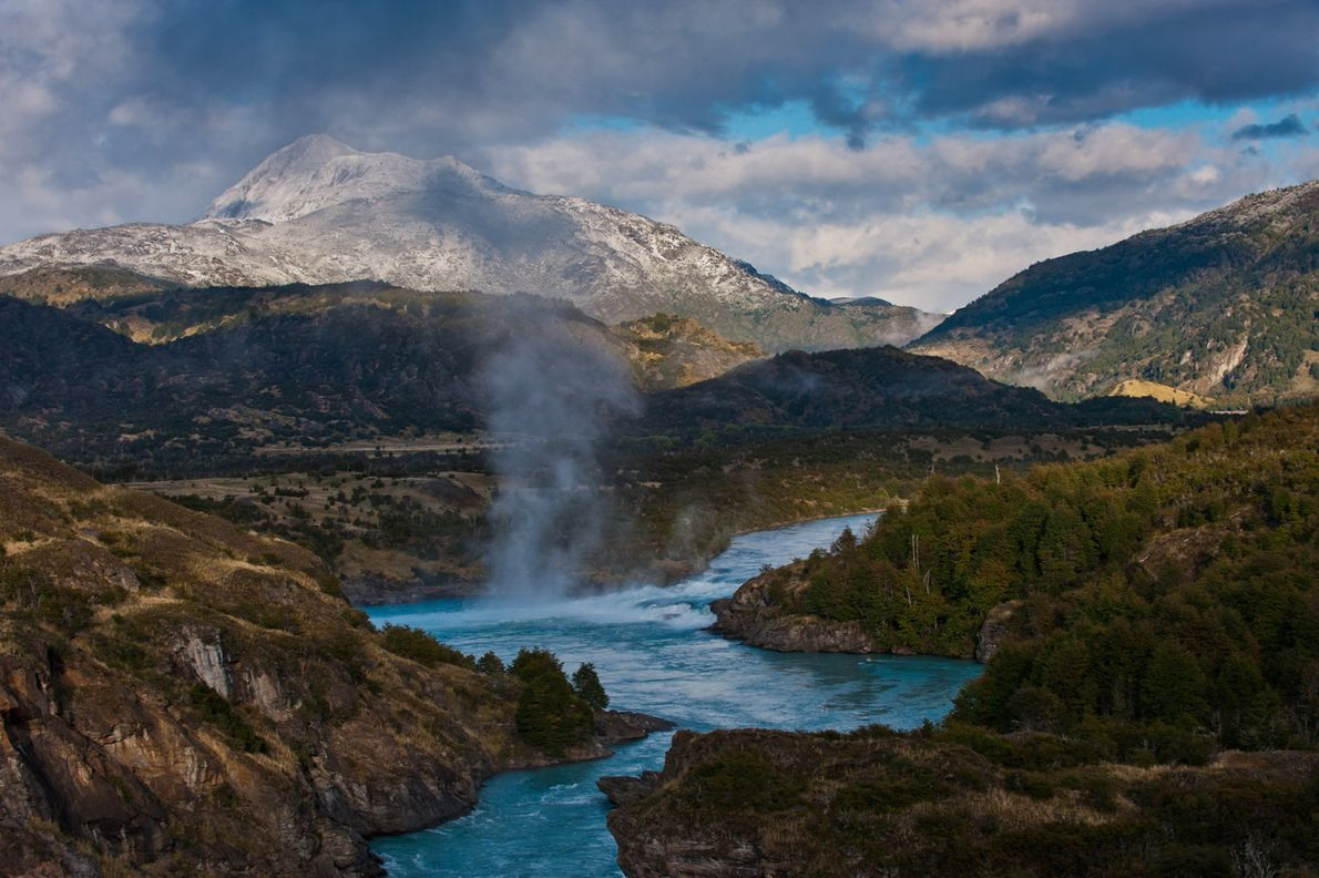 A confluência de cores turquesa do Rio Baker e do Rio Nef flui ao longo da ...