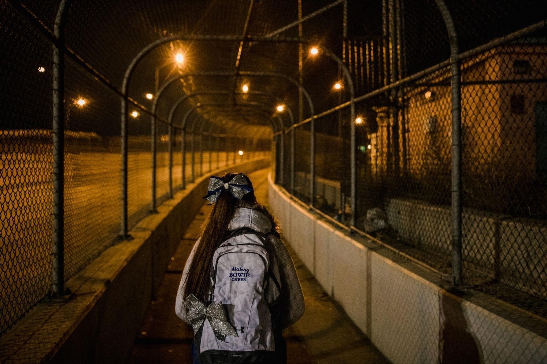 Todas as manhãs, Maleny Barba caminha sobre a Ponte Internacional de Cordova, em Juárez, no México, ...