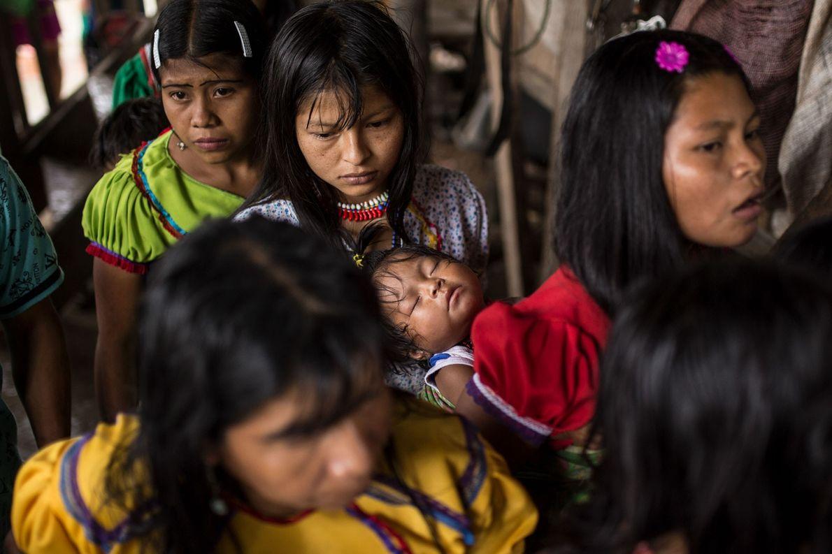 Jovens mães adolescentes dirigem-se à cozinha da aldeia, fazendo-se acompanhar dos filhos, muitos deles subnutridos. As …