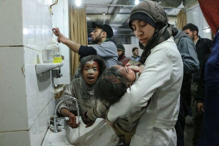 Amani Ballour transporta uma das crianças feridas no hospital subterrâneo conhecido como a 'Caverna'.