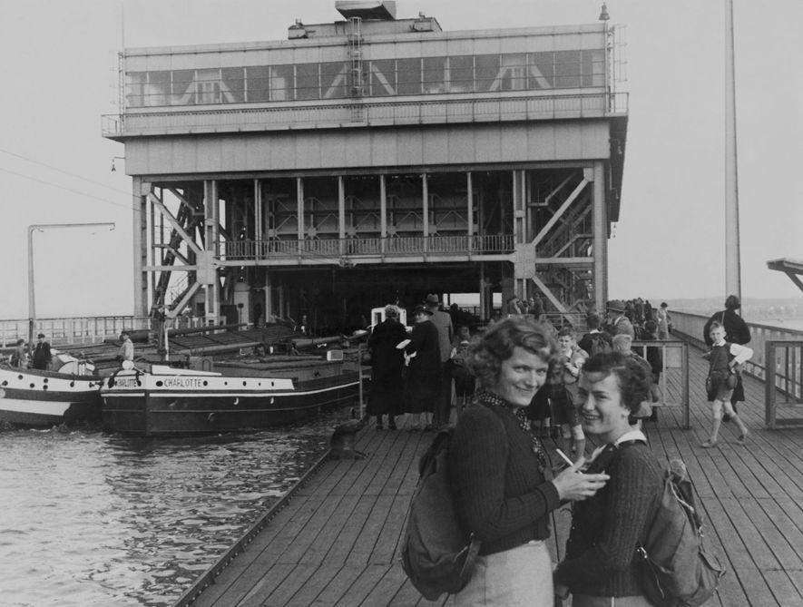 Jovens alemãs caminham nas margens de um lago de Berlim nesta fotografia tirada por Chandler.
