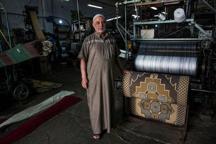 Hamed Mahoud Hegazy, 72 anos, com uma das suas máquinas, na sua fábrica de tapetes, na ...
