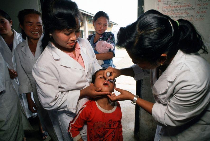 Em 1991, no norte do Laos, numa campanha patrocinada pela UNICEF contra a poliomielite, sarampo, tétano ...