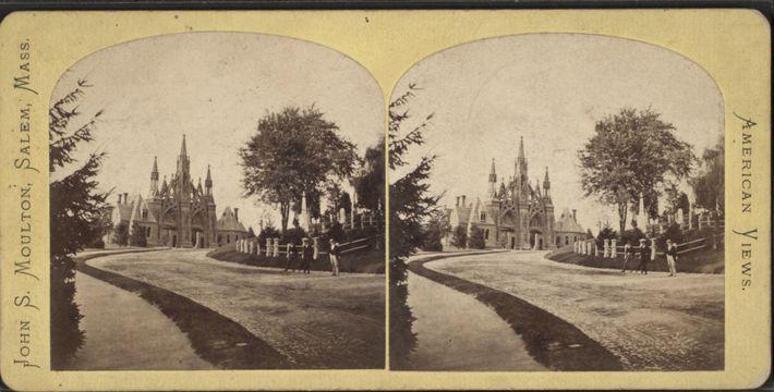 A entrada do Cemitério Green-Wood, fotografada em 1880.