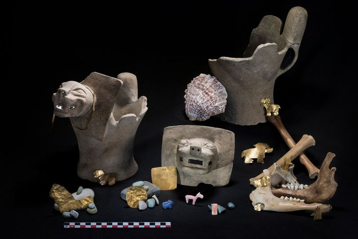 ouro, pedras semipreciosas e queimadores de incenso adornados com pumas.