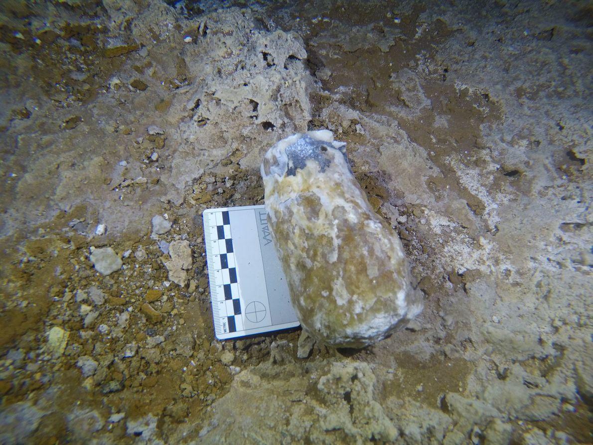 Os mineiros usavam algumas das concreções partidas como martelos improvisados para extrair ocre na caverna de ...