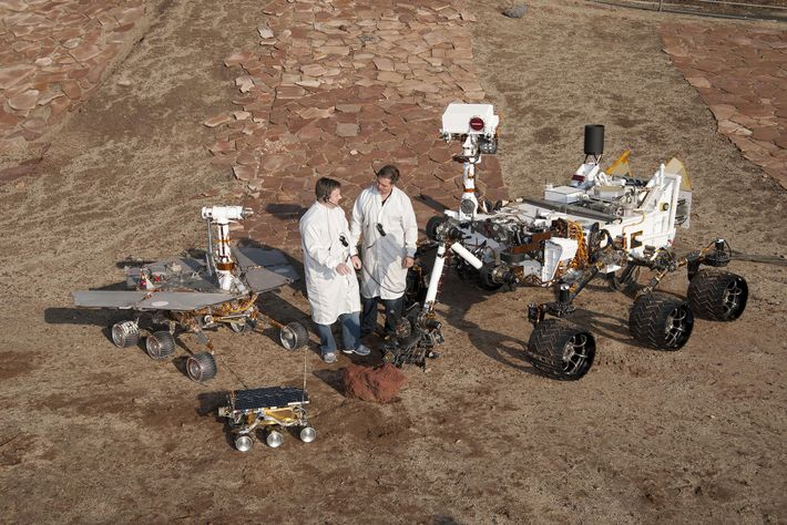 Dois engenheiros, com três gerações de rovers de Marte desenvolvidos no JPL.