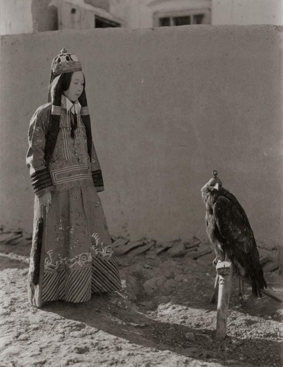 A princesa chinesa Nirgidma observa a sua águia, em 1932.