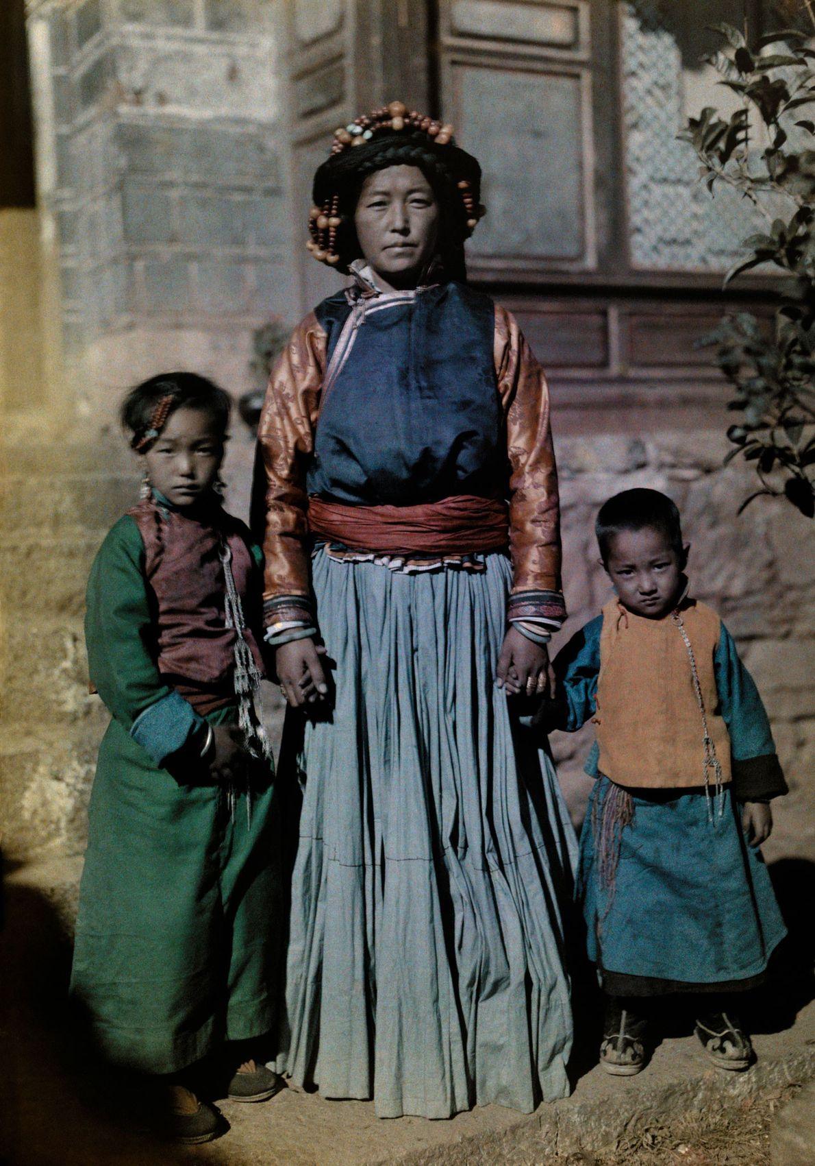 A rainha de Nyorophu, com dois dos seus filhos, na ilha de Nyorophu, na província chinesa ...