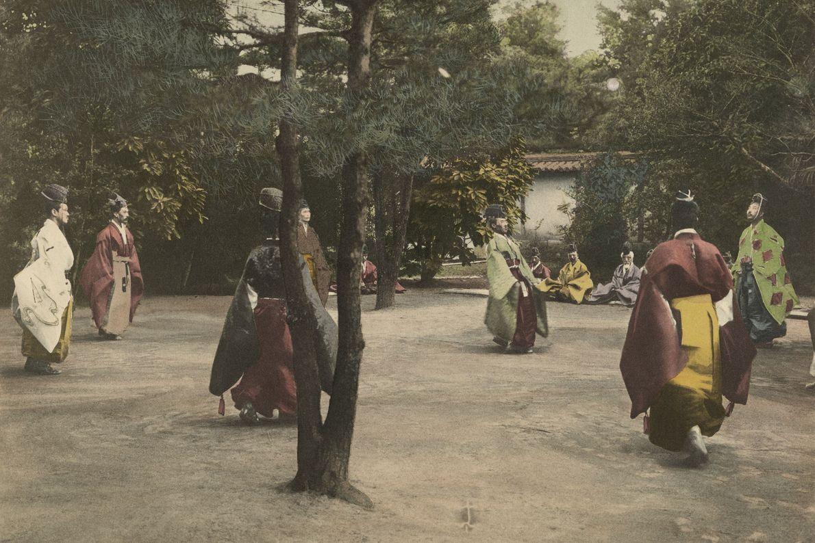 Um grupo de nobres em Quioto, no Japão, jogam shukyu.