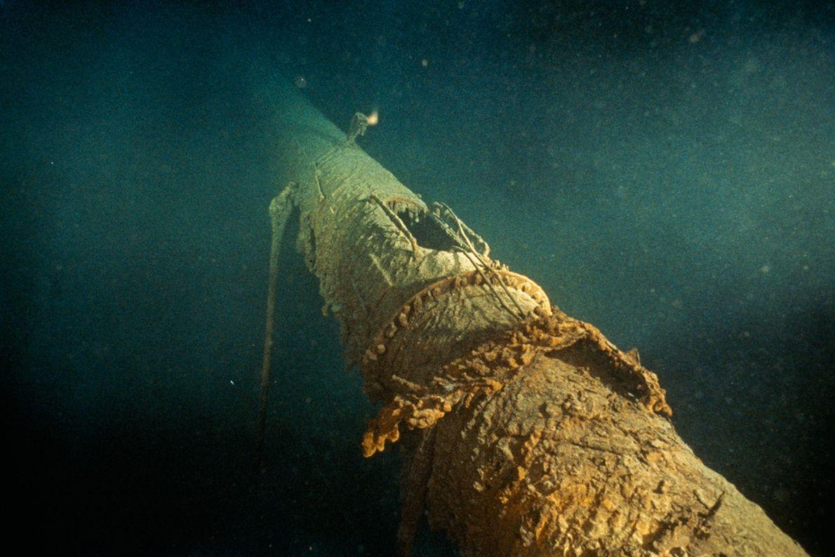 O mastro dianteiro tombado do Titanic.