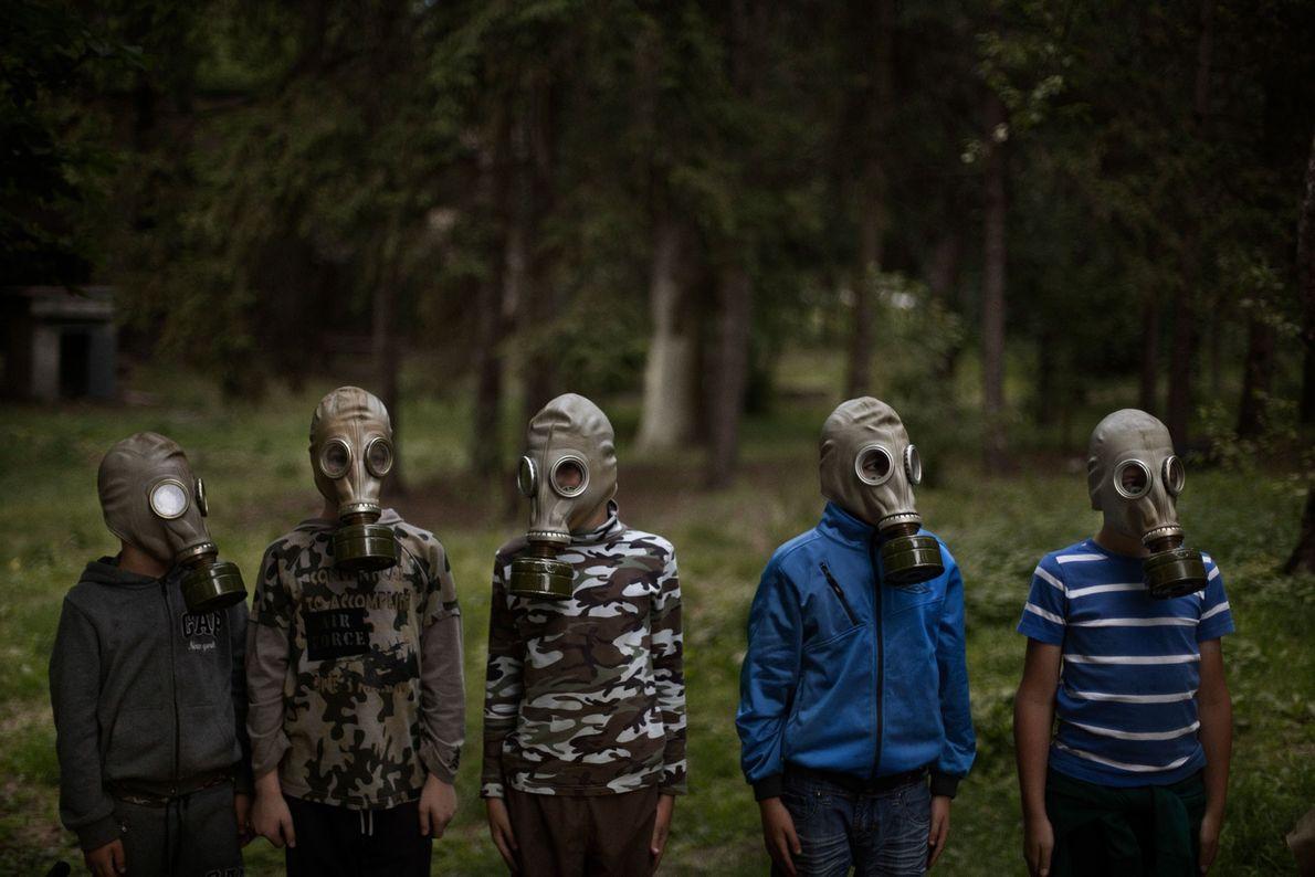 Oleksiv Zabolotny, um dos instrutores do campo LIDER, ensina um grupo de jovens ucranianos a colocar ...