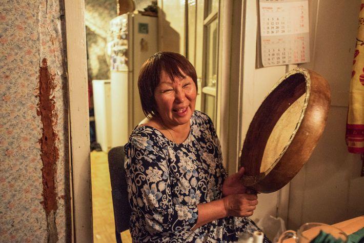 Larisa Vykvyragtyrgyrgyna na sua cozinha em Anadyr depois de entoar canções Chukchi que aprendeu enquanto vivia ...