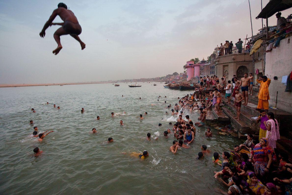Varanasi fica no rio Ganges e, segundo a crença hindu, foi fundada pelo deus Shiva.