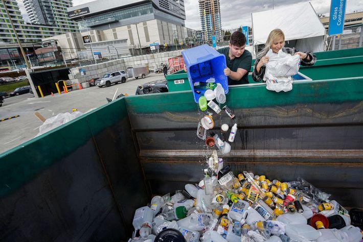 Os habitantes desfazem-se de materiais no novo Centro de Desperdício Zero em Vancouver.