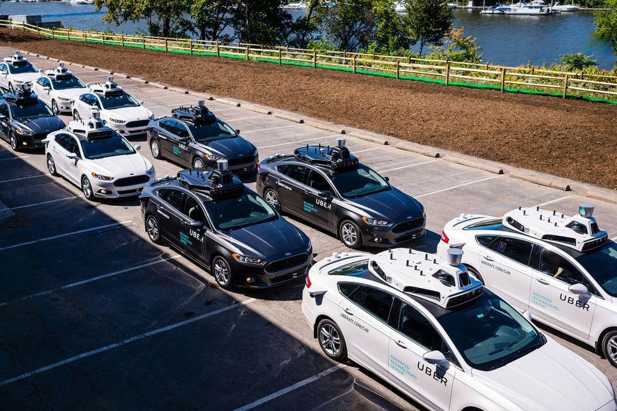 Os veículos com condução automática, como estes que estão alinhados no Uber Advanced Technologies Center, em ...